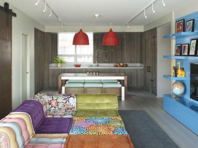 Yaşama alanı ve mutfak aynı mekanda bir arada çözülmüş.